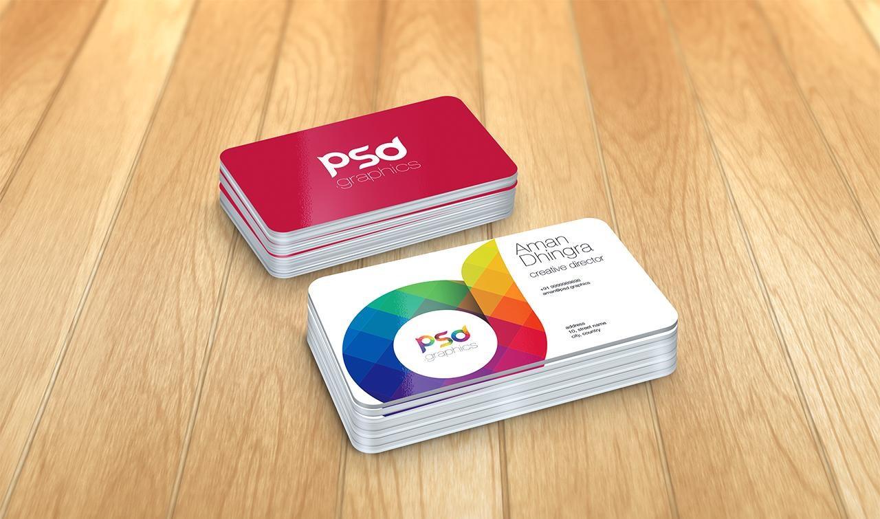 دانلود موکاپ کارت ویزیت روی میز چوبی