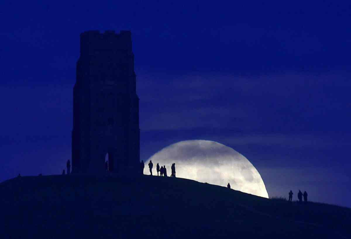 ابر ماه و عکسی زیبا در گلاستونبوری – انگلیس