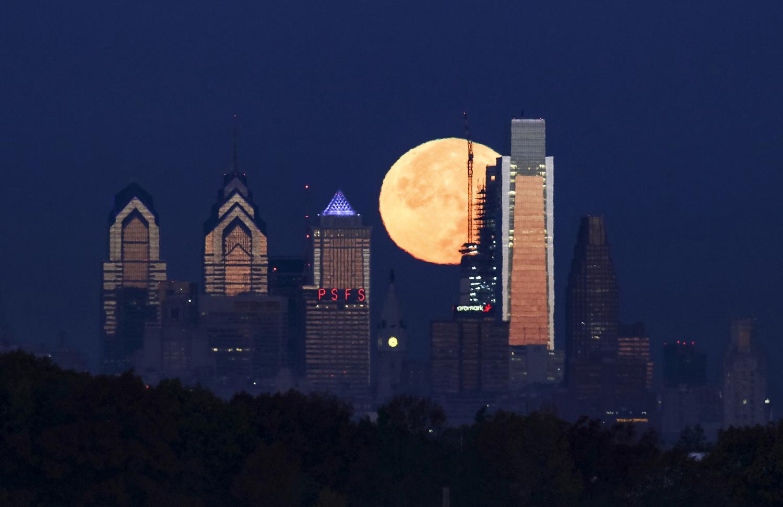 ابر ماه از پشت آسمان خراش فیلادلفیا