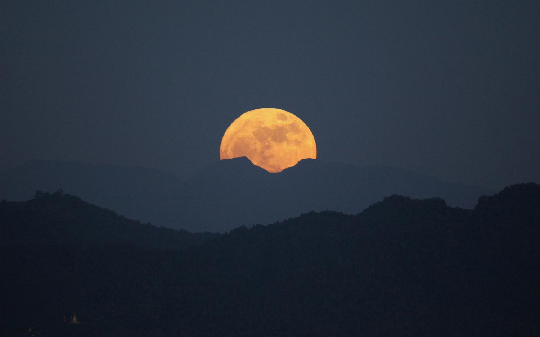 ابر ماه دیده شده از پشت کوه Naypyitaw در برمه
