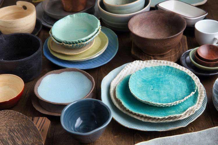 لوازم طراحی شامل سفره، کارد، چنگال، ظروف و لیوان برای چیدمان در فودگرافی.