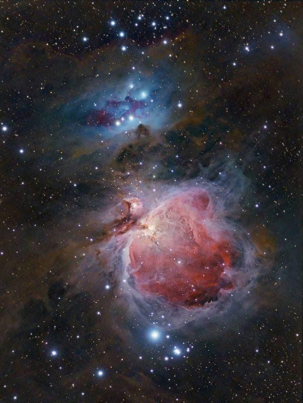 سحابی Orion همچنین به عنوان Messier 42 نیز شناخته می شود که به راحتی در زیر کمربند Orion مشاهده می شود. این جرم در فاصله 1350 سال نوری از زمین قرار دارد و نزدیکترین منطقه تشکیل ستارگان عظیم است. سحابی بزرگ جبار حدود 24 سال نوری عرض دارد. این یکی از محبوب ترین عناصر برای عکاسی در آسمان است. حتی در نوردهی کوتاه ، و با سه پایه ، نشان داده خواهد شد. M42 به بهترین شکل در نیم کره شمالی در طول زمستان قابل مشاهده است . دوربین: Canon EOS 450D اصلاح شده. تلسکوپ: Stellarvue SV 80ED. نوردهی: 1x600s + 3x300s + 3x120s + 3x60s + 3x30s + 3x15s + 3x5s + 3x1s. f / 6 @ ISO 400.