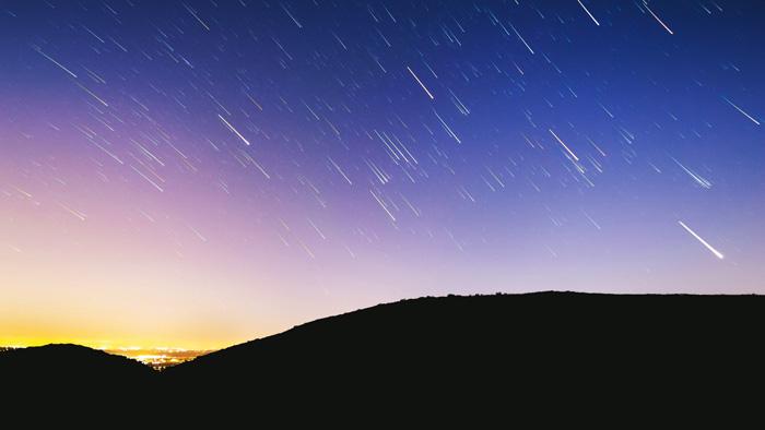 زمان اکسپوژر یا نوردهی را به نحوی تنظیم کنید تا دنباله هایی با طول متفاوت بگیرید.